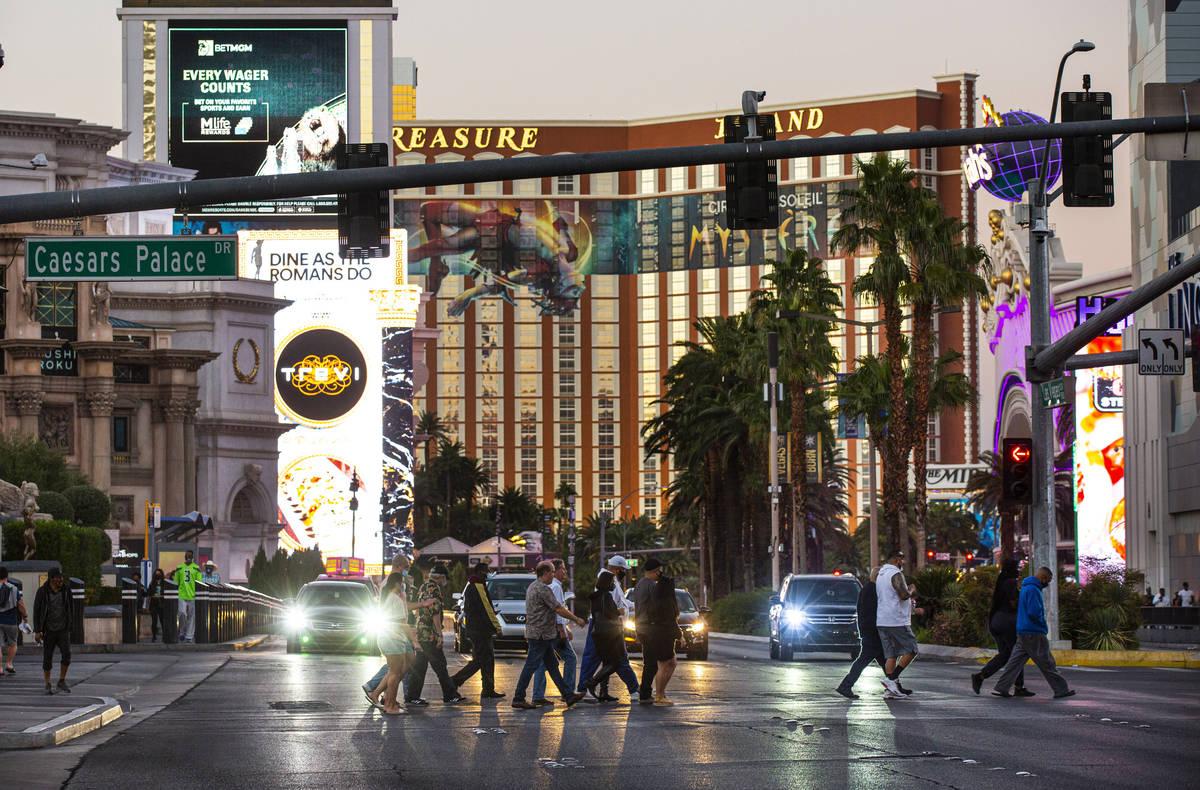 People cross the Las Vegas Strip Thursday, Nov. 19, 2020. (Chase Stevens/Las Vegas Review-Journ ...
