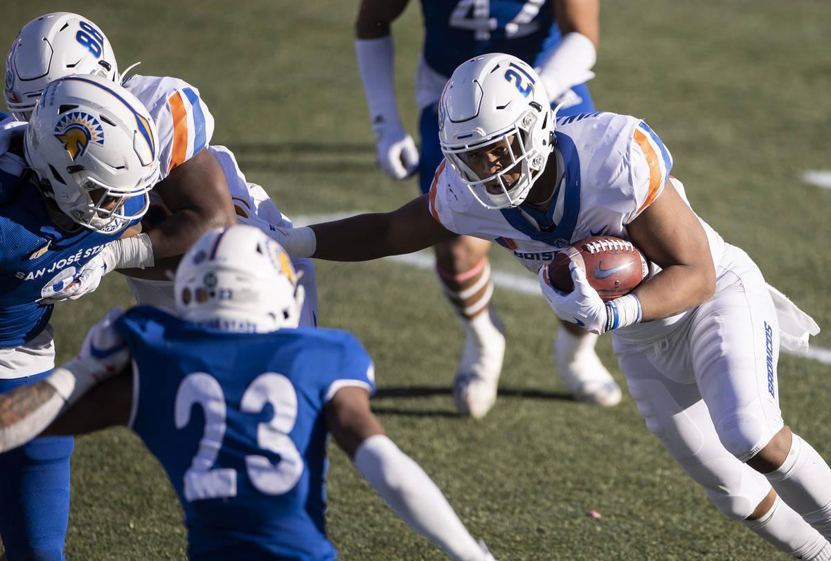Boise State Broncos running back Andrew Van Buren (21) rushes past San Jose State Spartans corn ...