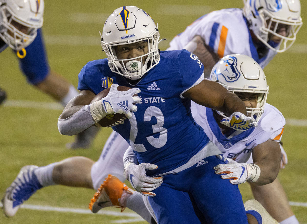 Jose State Spartans running back Tyler Nevens (23) breaks free from Boise State Broncos linebac ...