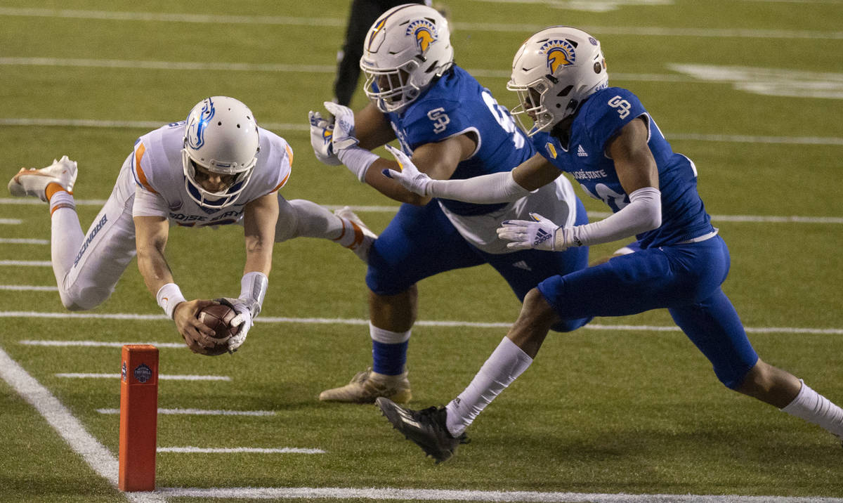 Boise State Broncos quarterback Hank Bachmeier (19) scores a diving touchdown past San Jose Sta ...