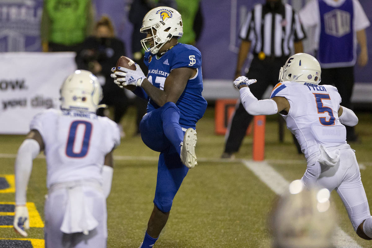 San Jose State Spartans tight end Derrick Deese Jr. (87) catches a touchdown pass over Boise St ...