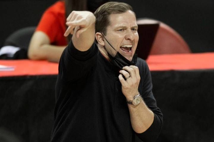 UNLV Rebels head coach T.J. Otzelberger calls a play in the second half during an NCAA men&#xd5 ...