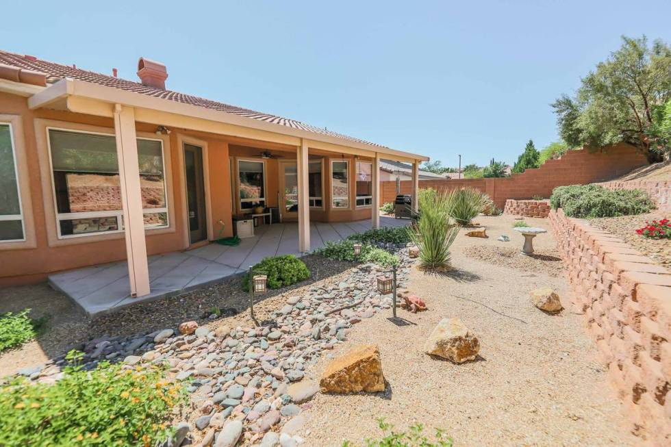 The covered patio and backyard at 333 Denton Springs Court in Summerlin. (SugarMill Studios)