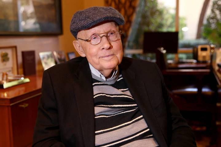 El ex senador de Nevada, Harry Reid, habla con un periodista en su oficina en Bellagio Las Vega ...