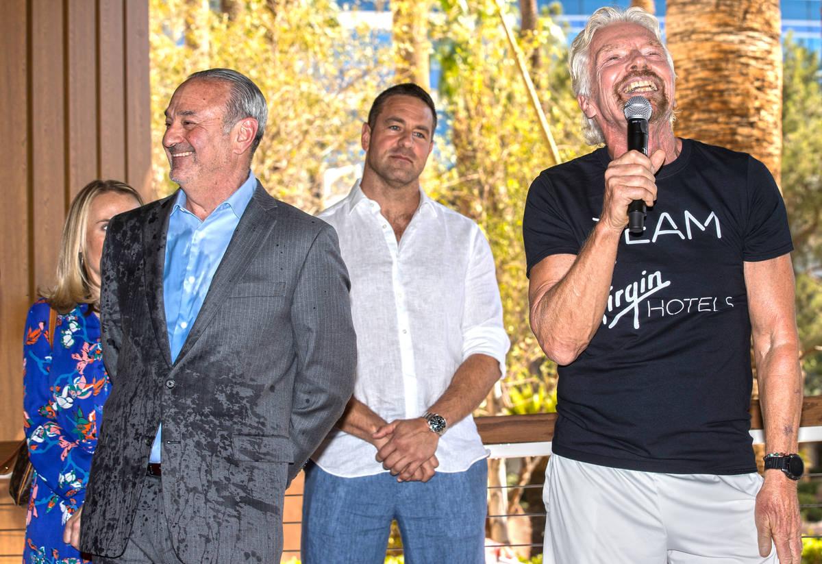 """Sir Richard Branson, a la derecha, fundador de Virgin Group, y Richard """"Boz"""" Bosworth, propieta ..."""