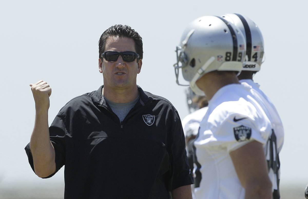 Oakland Raiders offensive coordinator Greg Knapp, left, talks to offensive players at an NFL fo ...
