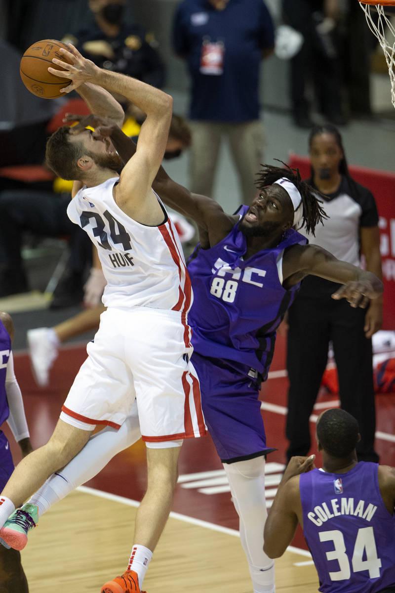 Sacramento Kings center Neemias Queta (88) attempts to thwart a dunk by Washington Wizards forw ...
