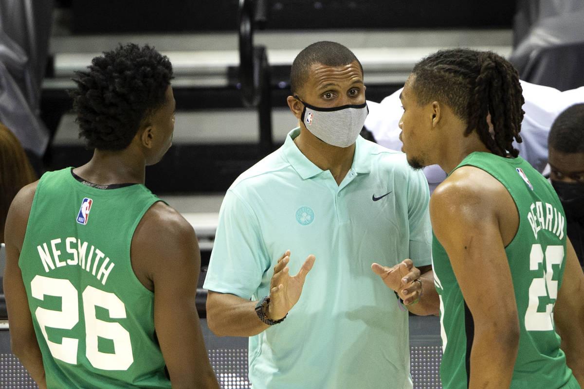 Boston Celtics head coach Joe Mazzulla speaks with players Aaron Nesmith and Juhann Begarin (29 ...